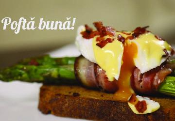 Ouă Benedict cu bacon și sparanghel