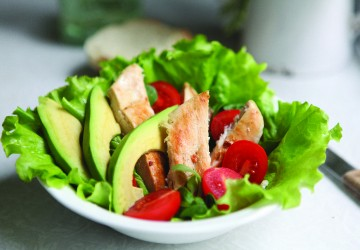 Salată cu avocado și pui la grătar
